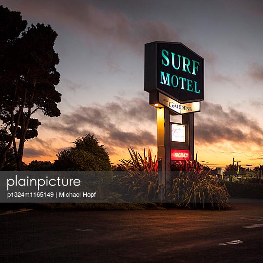 Surf Motel Leuchtreklame in Kalifornien - p1324m1165149 von michaelhopf