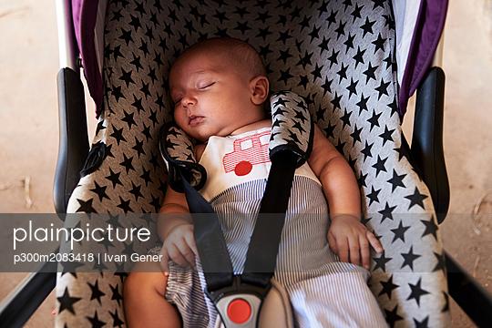 Portrait of little boy sleeping in child safety seat - p300m2083418 by Ivan Gener
