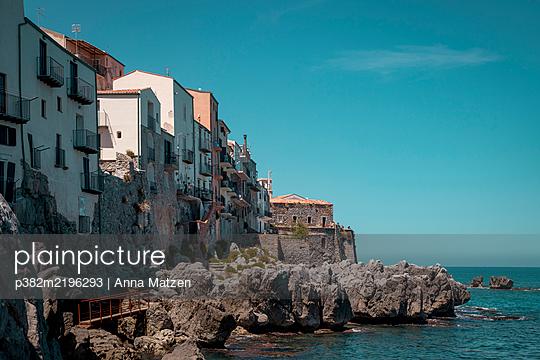 Living by the sea - p382m2196293 by Anna Matzen