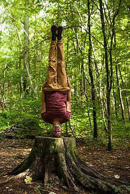 Yogapose auf Baumstamm - p045m1181968 von Jasmin Sander