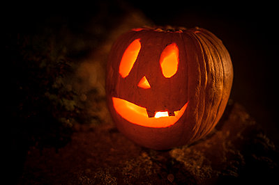 Halloween Pumpkins at night - p1007m1144260 by Tilby Vattard