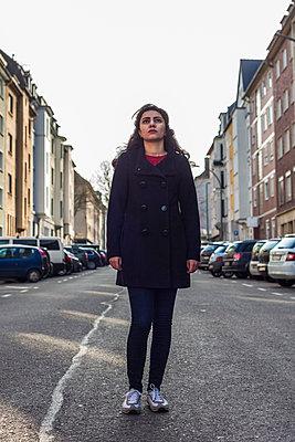 Junge Frau in der MItte der Straße - p1611m2182622 von Bernd Lucka