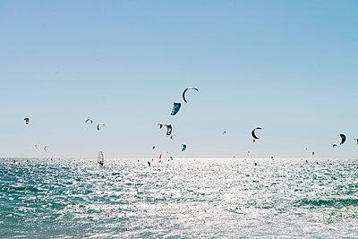 Kitesurfen - p608m1486588 von Jens Nieth
