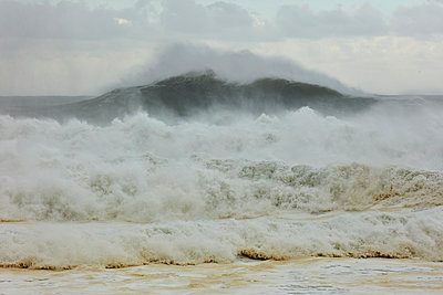 Brechende Wellen am Strand von Nazaré - p719m2081947 von Rudi Sebastian