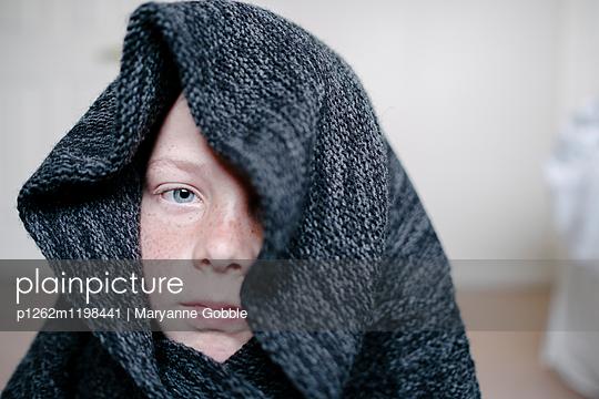 Junge mit Rolli - p1262m1198441 von Maryanne Gobble