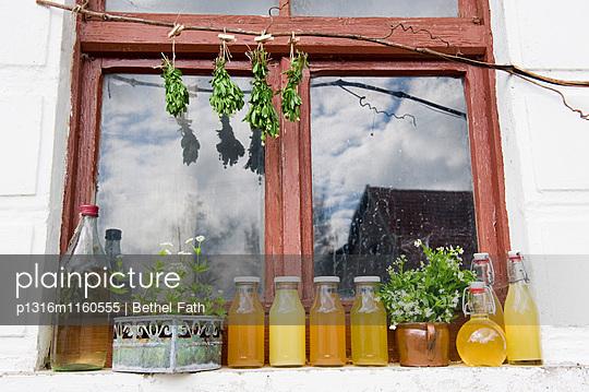 Waldmeistersirup, Saft und Likör auf dem Fensterbrett, Selbstgemachtes - p1316m1160555 von Bethel Fath