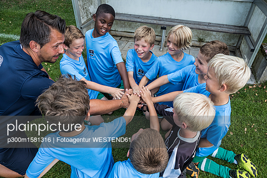 plainpicture - plainpicture p300m1581316 - Coach and young football pl... - plainpicture/Westend61/Fotoagentur WESTEND61
