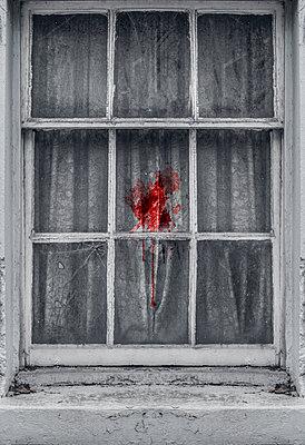 Blutspritzer auf Gardine hinter altem Fenster - p1280m2229149 von Dave Wall