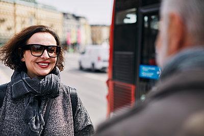 Smiling woman looking away - p312m2299575 by Plattform