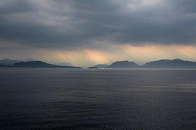 Fjord vor dem Strum - p877m1475160 von Julia Wagner