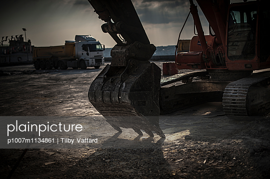 Mechanical digger excavator - p1007m1134861 by Tilby Vattard