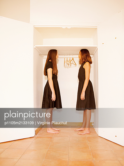 Two women in front of a closet - p1105m2133109 by Virginie Plauchut