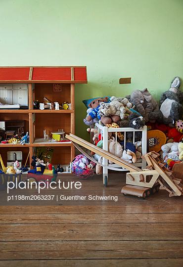 Kinderspielzimmer mit Puppenhaus und Plüschtieren - p1198m2063237 von Guenther Schwering