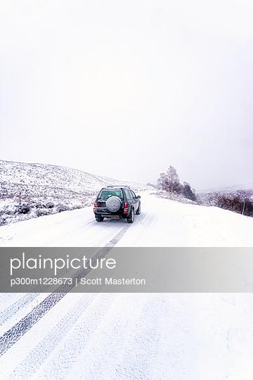 UK, Scotland, Glen Etive, Four wheel drive vehicle in winter - p300m1228673 by Scott Masterton