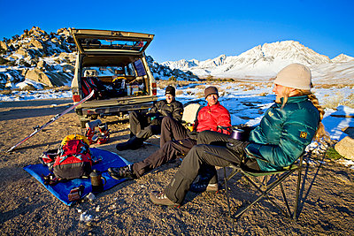 Friends relaxing while car camping - p343m1217937 by PatitucciPhoto