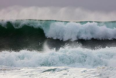 Brechende Wellen am Strand von Nazaré - p719m2081958 von Rudi Sebastian