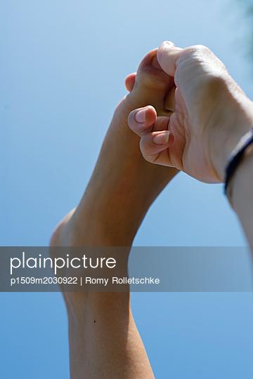 Hand zieht an Zehe - p1509m2030922 von Romy Rolletschke