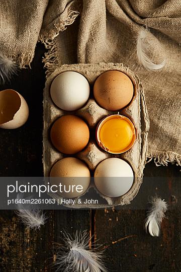 Fresh eggs in egg carton - p1640m2261063 by Holly & John