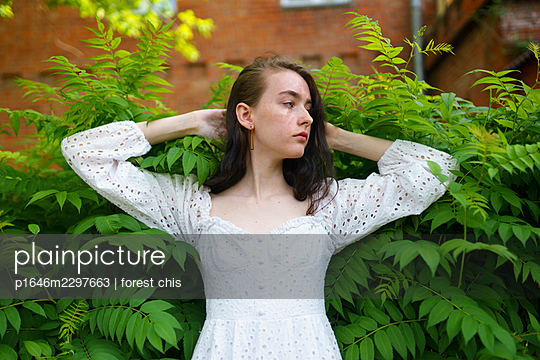 Young woman wearing white dress, portrait - p1646m2297663 by Slava Chistyakov