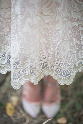 Close-up of bride wearing lace dress - p300m1204948 by Anke Scheibe