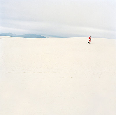 Santa Claus walking in the desert, New Mexico, USA - p3011462f by fStop