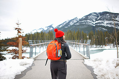Hiker hiking to snow capped mountain, Banff, Canada - p429m1417892 by Peter Muller