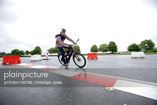 Mann fährt mit einem Elektrofahrrad auf einer Teststrecke, Tanna, Thüringen, Deutschland - p1316m1160796 von Christoph Jorda