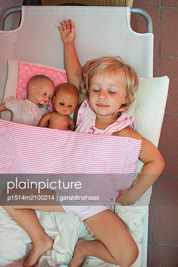 Girl sleeping with her dolls - p1514m2100214 by geraldinehaas