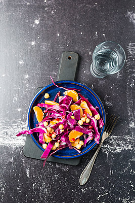 Winter salad with red cabbage, tangerine and chick-peas - p300m1192162 by Mandy Reschke
