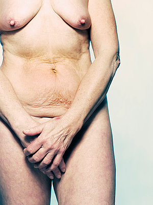 Nude beauty portrait of old woman - p429m713081 by Colin Hawkins