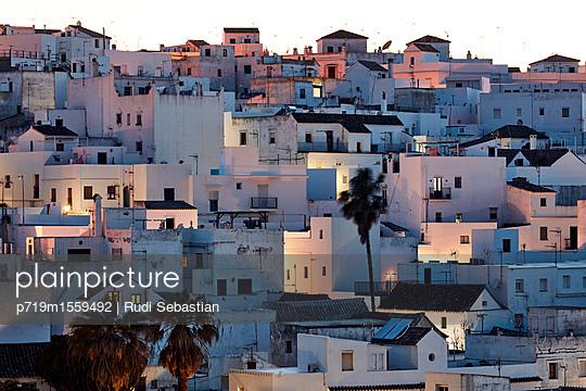 Weiße Stadt in Andalusien - p719m1559492 von Rudi Sebastian