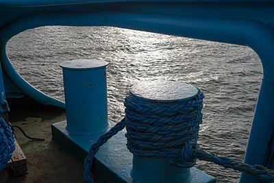 Mit der Achterspring im Hafen festgemacht - p1079m1123389 von Ulrich Mertens