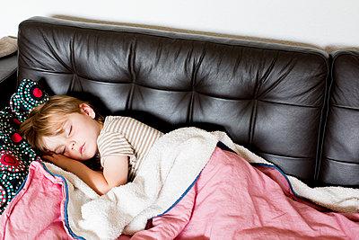 Schlafendes Kind zu Hause - p1308m2057140 von felice douglas