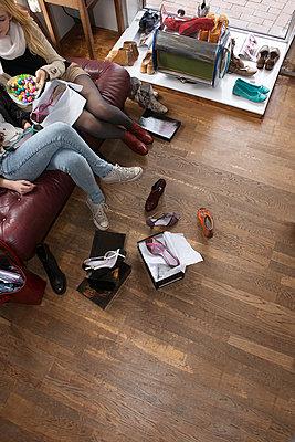 Freundinnen beim Einkaufen - p427m900140 von Ralf Mohr