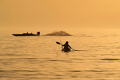 Person kayaking at sunset - p624m1045649f by Odilon Dimier