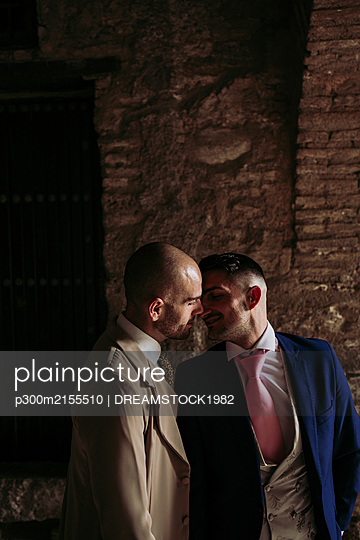 Affectionate elegant gay couple in an old building - p300m2155510 by DREAMSTOCK1982