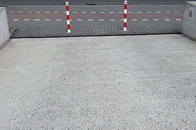 Germany, North Rhine-Westphalia, Duesseldorf, part of driveway - p300m2213868 by visual2020vision
