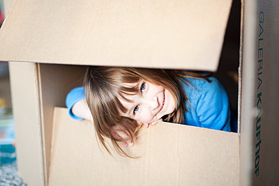 Girl playing with cardboard box - p699m2007795 by Sonja Speck