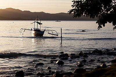 Boote am Abend - p842m1123822 von Renée Del Missier