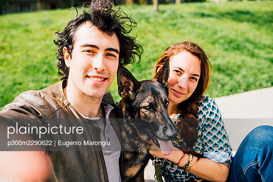 Man smiling while taking selfie with woman and pet - p300m2290622 by Eugenio Marongiu