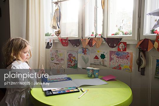 Mädchen beim Basteln - p712m1160025 von Jana Kay