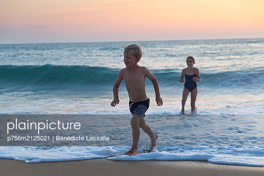 Children on the beach - p756m2125021 by Bénédicte Lassalle