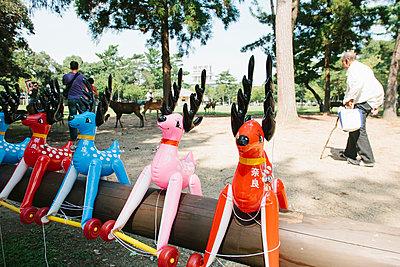 Hirschspielzeuge in Nara - p1085m1476915 von David Carreno Hansen