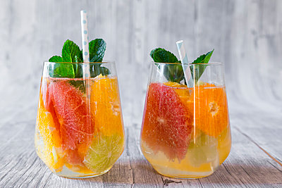 Two glasses of detox water infused with citrus fruits - p300m1228722 by Sandra Roesch