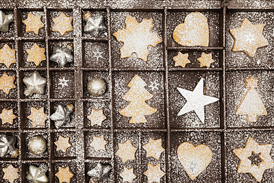 Homemade Christmas cookies, stars and Christmas baubles in old wooden typecase - p300m2012560 by Gaby Wojciech