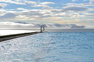 Schwimmbad mit Fjordblick - p470m1004947 von Ingrid Michel