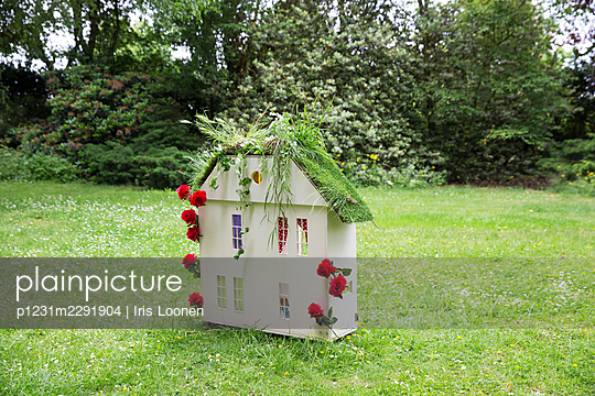 Dollhouse with a green roof - p1231m2291904 by Iris Loonen