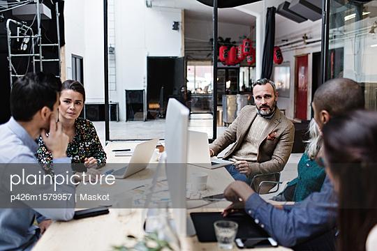 plainpicture - plainpicture p426m1579957 - Business colleagues discuss... - plainpicture/Maskot