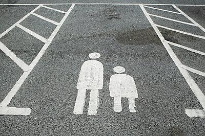 Eltern-Kind-Parkplatz I - p1057m851548 von Stephen Shepherd