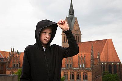 Junge vor einer Kirche - p1222m1154566 von Jérome Gerull